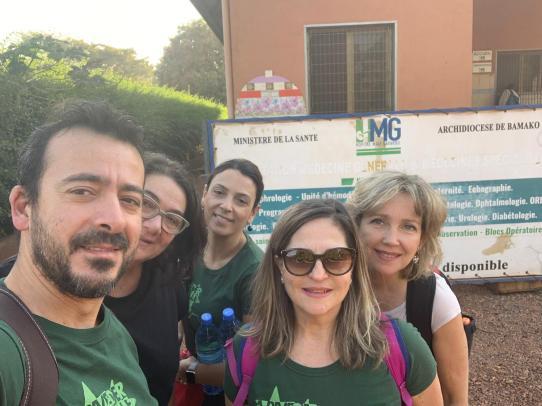 Il gruppo di volontari, Gianluca, Patrizia, Maria e Federica, all'Ospedale di Bamako