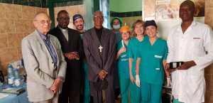 L'Equipe medica dei volontari con l'Arcivescovo di Bamako