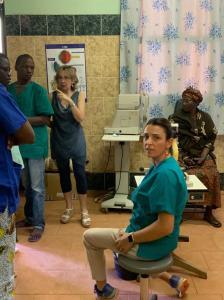 Patrizia pronta alla misurazione del visus, con il supporto dell'interprete, Federica